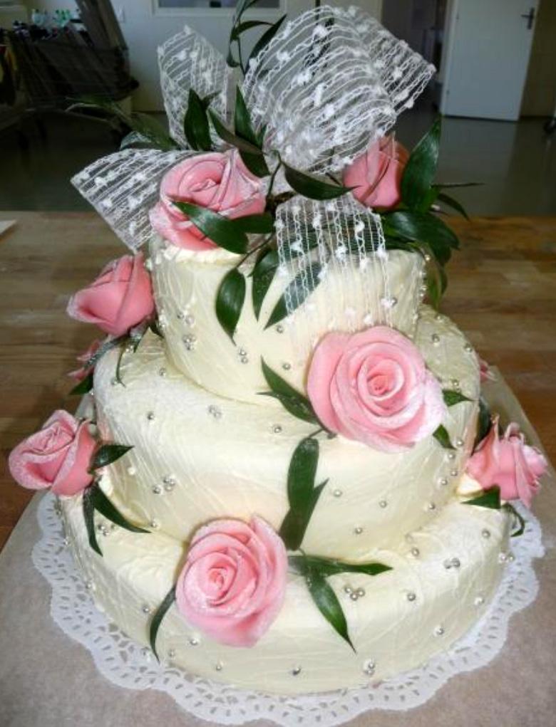 Svatební dort - bilý plus růže