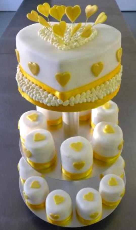 Svatební dort - žlutá srdíčka