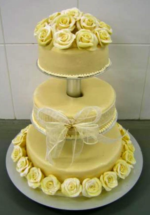 Svatební dort - bílé růže