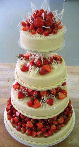 Svatební dort - jahody čtyři patra