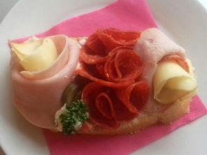 SK-004 Chlebíček zámecký s vlašským salátem nebo česnekovou pomazánkou