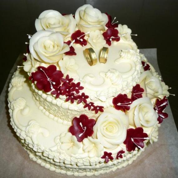 Svatební dort - bílé růže rudé kvítí